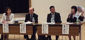 新聞の活用法を話し合う菅井さん、高辻会長、菅原教諭、藤堂さん(左から)
