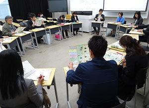 分科会で越地真一郎さん(奥の右から3人目)の提言に聞き入る参加者