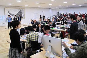 公開授業で互いの新聞について意見を交わす生徒たち=3月28日、京都学園高