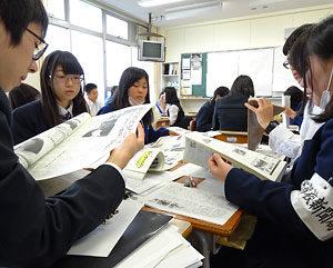 持ち寄った新聞を手に18歳選挙権と高校新聞の関わりを議論する生徒たち