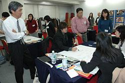 田山さん(左手前)や広瀬さん(中央付近の立っている人)の話を聞きながら「酪農教育」の授業案を作成する参加者
