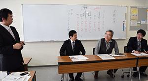 模擬授業で新聞を活用した指導法を紹介する渥美教諭(左端)