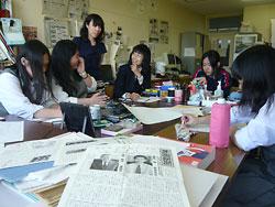 新聞局に集い、取材や新聞づくりの打ち合わせをする局員たち