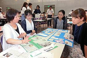 ワークショップで、切り抜き作品作りの感想を語り合う教員たち=4日、名古屋国際会議場