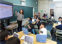 1人1台のパソコンで新聞を作る紅南小の4年生=1月23日