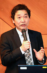 「記事の背景や記者の気持ちも考えて」と話す阪根教授