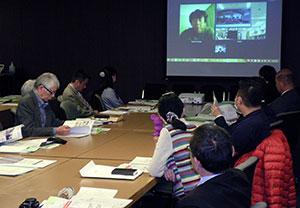 ネット電話システムを使ったパネル討論に聞き入る参加者=日本新聞協会会議室