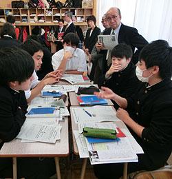 公開授業に臨む留萌高の生徒たち。参観者の右端が高辻清敏会長=2015年11月13日