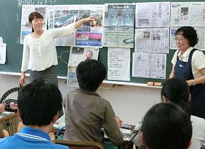 道新の紙面と号外を使って授業を進める横尾教諭(左)と村上さん