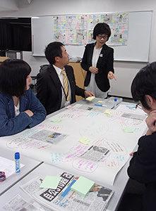 道教大函館校で開かれた講座で指導する渡辺裕子さん(奥)。吹き出しのつぶやきがどんどん増えた=2017年10月27日