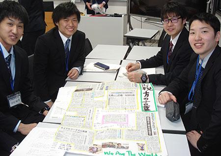 完成したまわしよみ新聞と、作成した道教大旭川校の学生