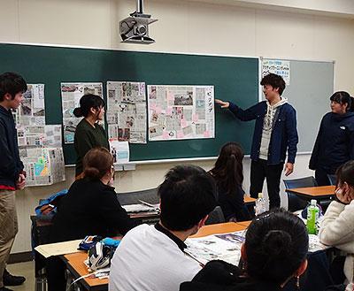 まわしよみ新聞の実習で、作品を合評する道教大釧路校の学生たち=2月13日