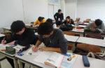 客観的な視点で身近な「事件」を報道文のスタイルで書く学生
