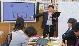 ワークショップで参加者と交流する渡辺さん(中央)