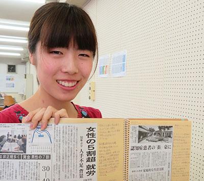 コメントをびっしり書き込んだスクラップブックを手にする吉野悠花さん