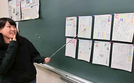 授業の最後に、自作のはがき新聞を説明する道教大釧路校生