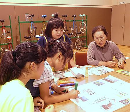 昨年、上浦幌の夏祭りで行われた「まわしよみ新聞」(上浦幌中央小提供)