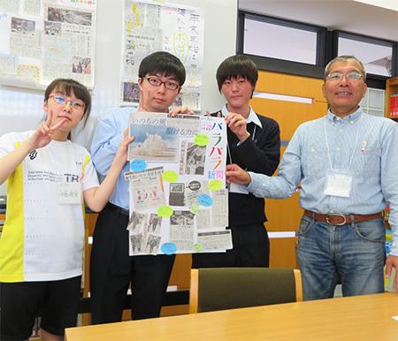 出来上がった新聞を手にポーズを取る萬谷さん(右端)と伊藤さん(左端)=札幌創成校
