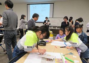 日本新聞博物館(通称・ニュースパーク、横浜市)主催の「全国まわしよみ新聞サミット」が2日、同博物館で開かれ、地域の記事などを探し楽しく台紙に貼る光景が繰り広げられた