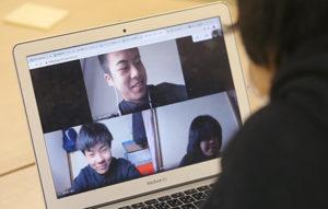 テレビ会議システムを使って行われた「まわしよみ新聞」の授業。パソコン画面に写った生徒は、オンライン上で意見を出し合った=4月28日、札幌新陽高校(いずれも浜本道夫撮影)