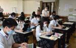 新聞社説をタブレット端末で読んで要旨を送信する札幌光星高生たち