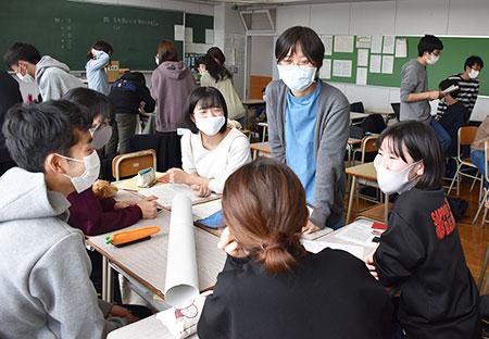 東京五輪・パラリンピック組織委の森喜朗前会長の女性蔑視発言以降、注目を集めるジェンダー平等について話し合う札南高3年生