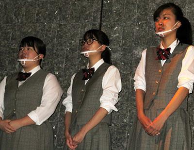開会式の手話をする(右から)高関さん、長沢さん、太田さん