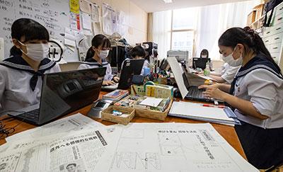 放課後に高校の新聞づくりを行う札幌啓成高新聞局のメンバー